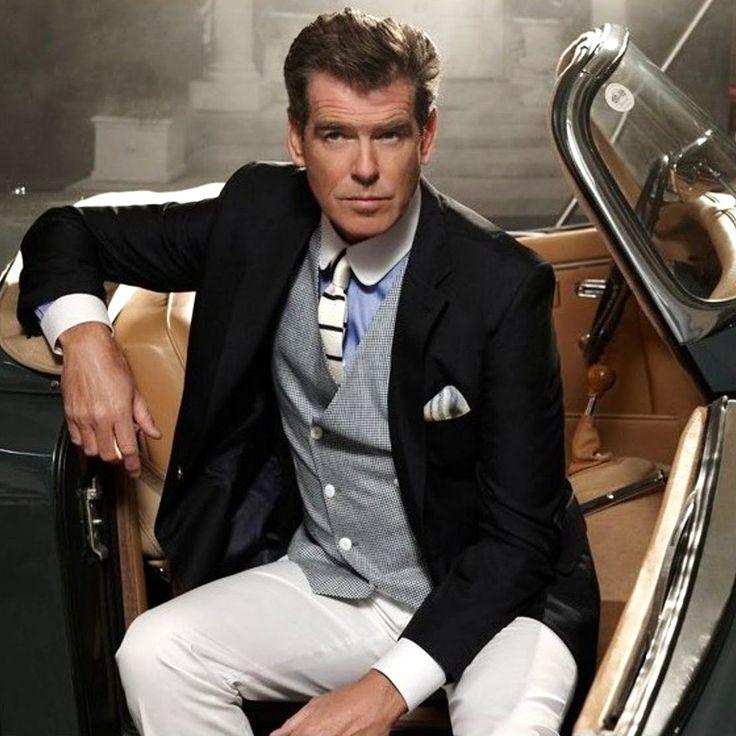 Pierce Brosnan. De witte broek trekt toch wel heel erg de aandacht... #kleuradvies