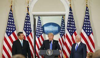 El Presidente Donald Trump, con el Secretario de Estado de Kansas Kris Kobach, y el Vicepresidente Mike Pence, a la derecha, intervienen en una reunión de la Comisión Asesora Presidencial sobre Integridad Electoral, el miércoles 19 de julio de 2017 en el Edificio de la Oficina Ejecutiva de Eisenhower. Complejo de la Casa Blanca en Washington.  (Foto AP / Pablo Martínez Monsiváis)