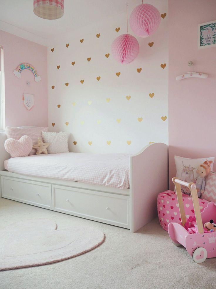 Amelies zartes rosa und goldenes Kleinkind-Schlafzimmer