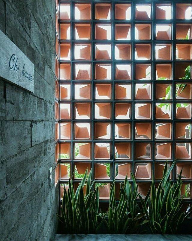 """853 curtidas, 4 comentários - Atelier 620 (@atelier620) no Instagram: """"Cobogós sempre provocam um belo efeito luminotécnico ** espaço de transição ** Casa Chi l G+…"""""""