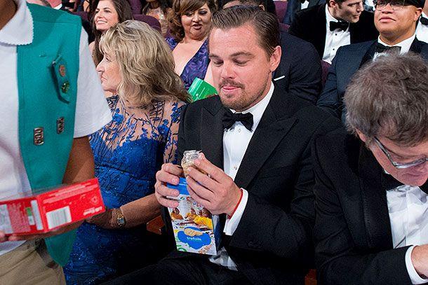 Дожидаясь вердикта киноакадемиков, Леонардо угощался печеньем