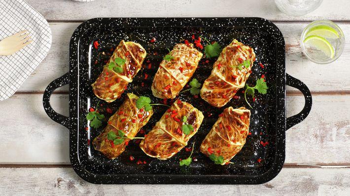 Kålruletter er skikkelig norsk tradisjonsmat. Her har vi gitt klassikeren en asiatisk vri, og fylt den med mager kjøttdeig av svin, fullkornsris og masse deilig smak. Resultatet blir en sunn og god rett som passer perfekt på tapasbordet. Oppskriften gir ca. 12 kålruletter.