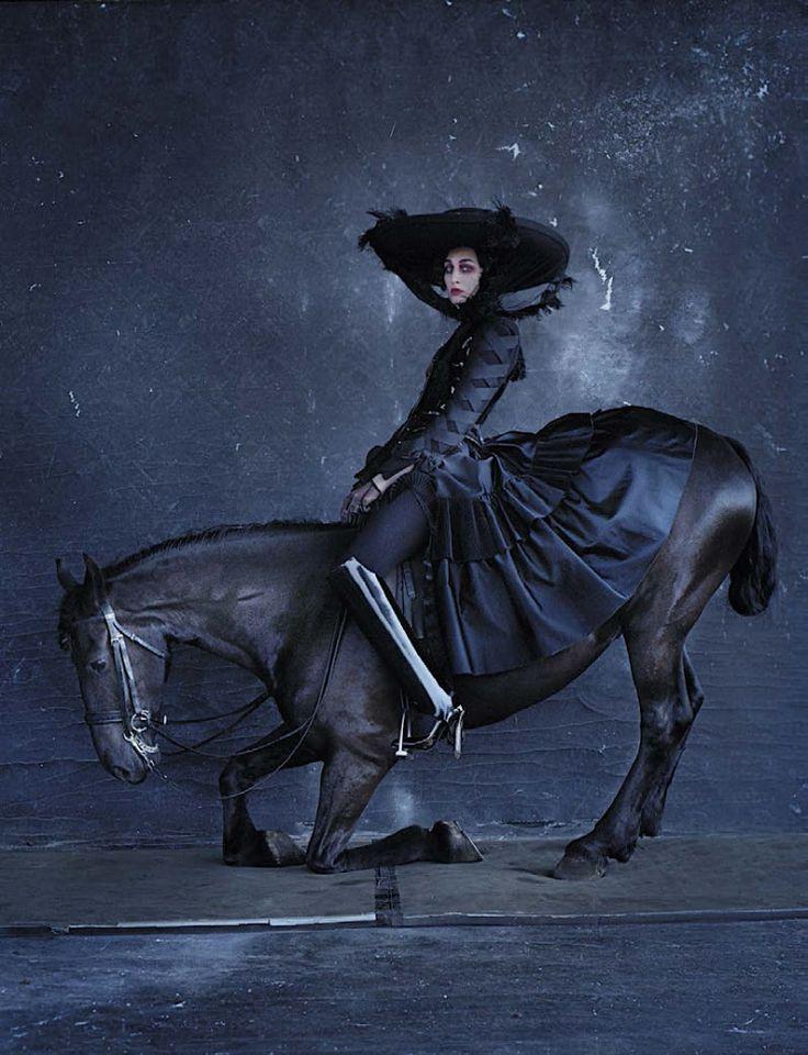 photo de mode : 'Rebel Riders', Tim Walker, Vogue Italia, décembre 2015, cavalière, cheval, bleu sombre, animaux