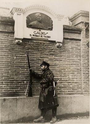 CASA DE PEREZ GALDOS Foto de la Guerra civil, con la placa conmemorativa regalada por el pueblo de Madrid, en la tapia donde vivió el escritor los últimos años de su vida y donde murió.