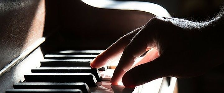 Guide to Proper Piano Hand Position [Infographic] http://takelessons.com/blog/piano-hand-position-z06?utm_source=Social&utm_medium=Blog&utm_campaign=Pinterest
