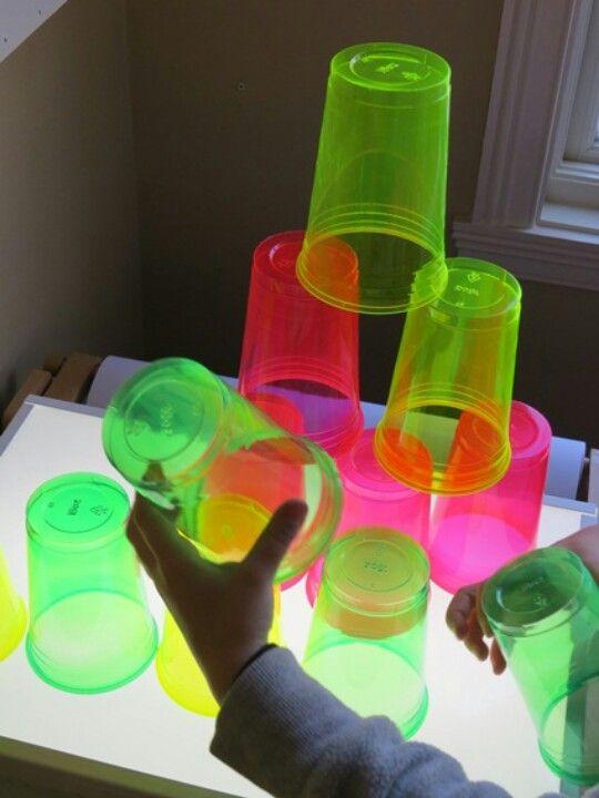 Taula de llums i tassons de plàstic.