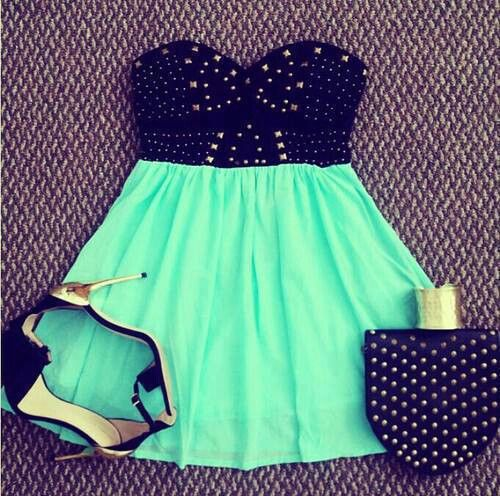 vestido corto moderno color verde menta con negro, y bolso negro con puntos blancos. Este vestido es perfecto para fiestas