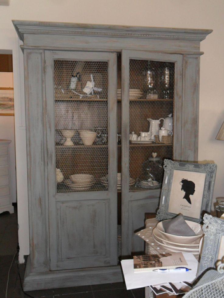 Vetrina in stile country,in legno massello,decorata a mano con colori ad acqua,grigio tortora su fondo scuro con rete conigliera al posto del vetro