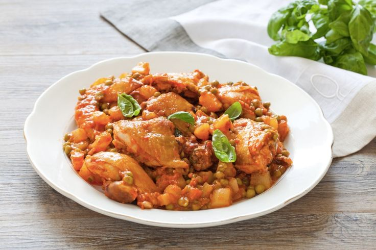 Un secondo rustico a base di pollo, patate, piselli e polpa di pomodoro. Facile da preparare e sfizioso, un piatto sfizioso da provare!