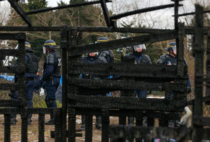 Campo de refugiados de Calais começa a ser desmantelado - JN