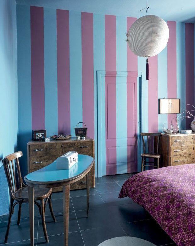 Listras verticais em lilás e azul claro forneceram amplitude visual à parede deste quarto, obra de Dana Frigerio. Opção fácil de fazer, basta uma pintura bem feita. (Foto: Andrea Martiradona)