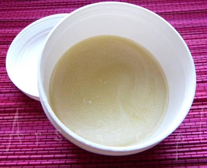 Przepis na magiczne mydło shea, które myje i pielęgnuje bez użycia detergentów: http://arsenicmakeup.blogspot.com/2014/05/diy-magiczne-mydeko-shea-o-zapachu.html