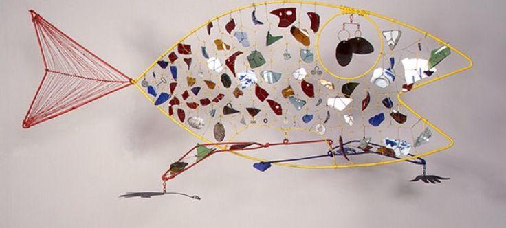 Alexander Calder: een 3D kunstwerk. De vorm is een vis met daarin allemaal onherkenbare vormen. Het kunstwerk creëert een aparte sfeer.