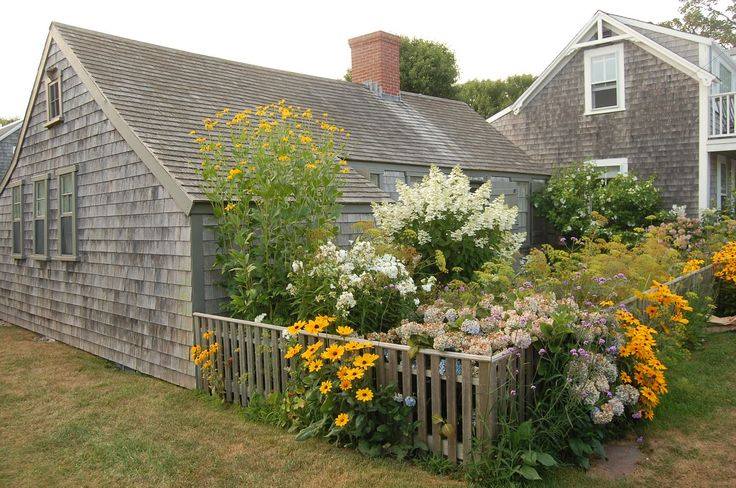2 or 3 things i know - love the yellow and whites in this garden