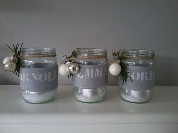 Lege potjes, sneeuw, touw, kerstballetjes, dennetakjes en stof. Op de stof sjabloneer je de namen van de personen aan wie je dit kado geeft! Lichtje erin en klaar!