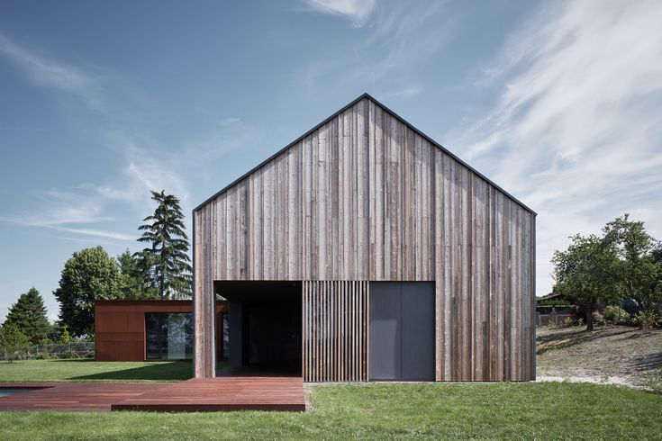 Completed in 2017 in Karlovy Vary, Czech Republic. Images by BoysPlayNice. Location In a small community in the Western region of the Czech Republic, not far from the spa town of Karlovy Vary, this villa was designed as a...