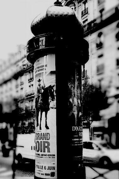 sur Photos & Clips: Photos: Paris en Noir & Blanc – Colonne Morris et Caserne des Pompiers