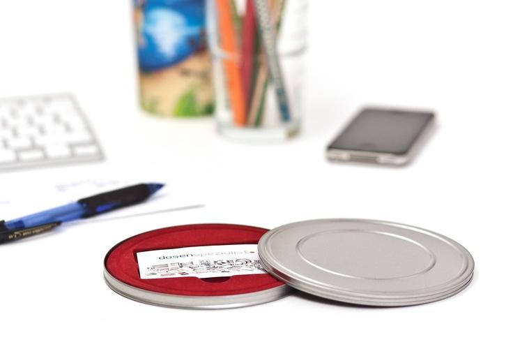 Gutscheinbox im klassischem Filmdosen - Design. Die edlen Gutscheinboxen sind mit einem roten Velour-Tray ausgestattet. Diese verschafft den Inhalten nicht nur einen eindrucksvollen Auftritt, sondern dient auch dem präzisen Halt.
