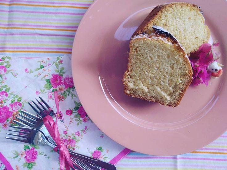 Nişastalı Kek / Starchy Cake / でんぷん質のケーキ Malzemeler 4 yumurta 1,5 bardak şeker 1,5 bardak un 1,5 bardak nişasta 1 bardak sıvı yağ 1 çay kaşığı karbonat 1 paket kabartma tozu 1 paket vanilya Yapılışı Yumurtalar ve şeker çırpılır. Sıvı yağ eklenip...