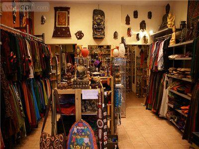 """Yak & Yeti is een fijne winkel voor je zoektocht naar een origineel cadeau in oosterse stijlen. De keuze is er reuze: kleding, juwelen, doeken, mutsen, handschoenen, sjaals, zakken, lederen, tassen, portefeuilles, wierook, parfumoli""""en, cd's, beelden, boekjes, kaartjes, fotoalbums, en nog vele andere artikelen die allemaal even bijzonder zijn. Nu wordt het wel heel lastig om niet te slagen voor een leuk cadeau."""