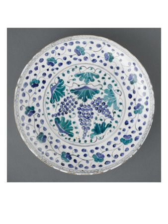 Dish with vine decorated with foliage green and blue - Musée national de la Renaissance (Ecouen)
