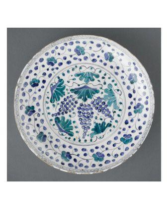 Dish with vine decorated with foliage green and blue - Musée national de la Renaissance (Ecouen)