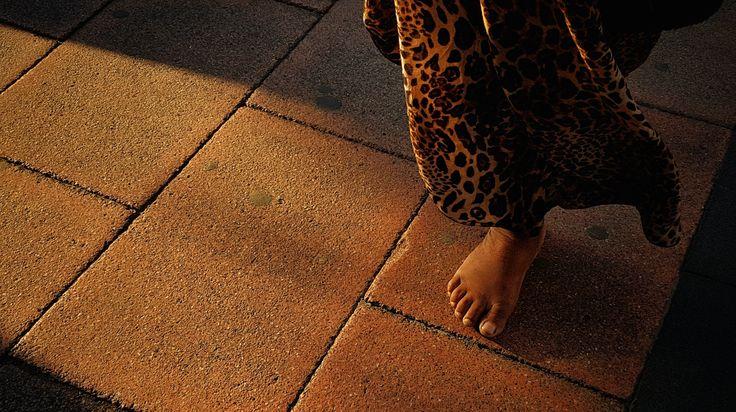 """DÍA 117: """"Pasos perdidos"""". Nos cruzamos a diario con personas sin recursos, que viven en la calle, de otras nacionalidades, con otras vidas... la mayoría de las veces son ignorados, despreciados. Si miramos con otros ojos a nuestro alrededor muchas de esos """"pasos perdidos"""" pueden convertirse en la imagen más interesante y transcendental del día.  #streetphotography #pasos #indigente #homelessperson #steps #loststeps #contrastes #callesdemadrid #streetsofmadrid #perderse #mymagicalmoments"""