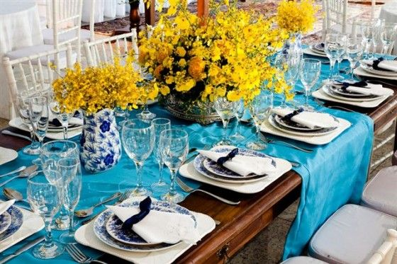 Mesa azul com amarelo