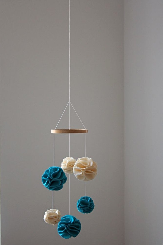 Diy mobile idea fabric pom poms baby treece pinterest for Diy felt flower mobile