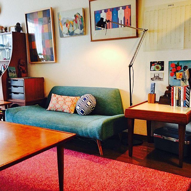 のソファ/アンティーク/賃貸/雑貨/北欧ヴィンテージ家具/古道具…などについてのインテリア実例を紹介。「写真右側のサイドテーブルは先日、古道具屋さんで購入したおそらく70年代の日本製のものです。 写真だと分かりづらいですが、表面は薄黄色で光沢のあるメラミン材で出来ています。汚れに強く、いわゆるコップの水しみなんかもできないので、マグカップを直置きしてコーヒーや紅茶を以前より気軽に楽しめるようになりました。」(この写真は 2015-04-03 15:33:02 に共有されました)