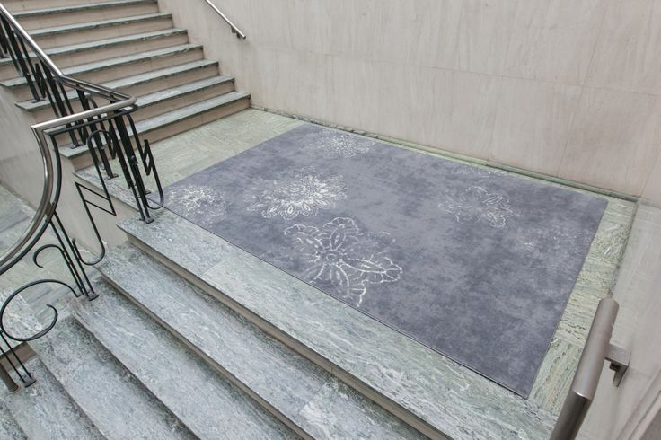 Straatkunstenaars tekenen op tal van ondervloeren de mooiste dessins. Bij de concrete lace is kant getekent op een betonnen ondergrond. Door het kant vervaagd uit te voeren is als het ware het getekende patroon door het weer aangetast. De zachte comfort eigenschappen van het tapijt geven dit straatontwerp een eigen beleving.