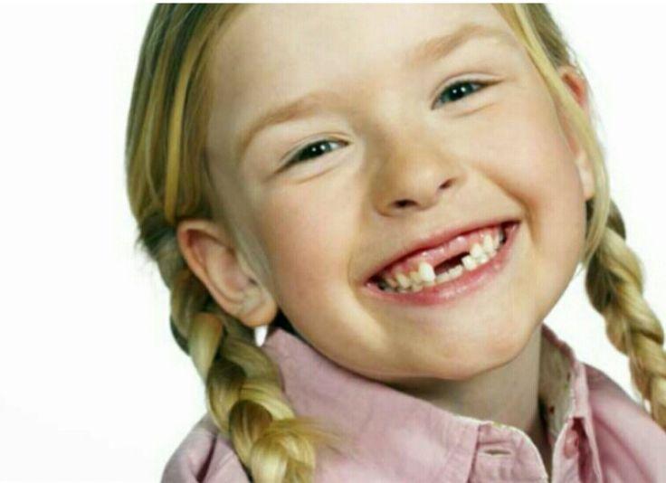 La mayor parte de los dientes que han de durar para toda la vida aparecen al principio de la infancia intermedia. Los dientes primarios comienzan a caer al rededor de los 6 años y los reemplazan casi 4 dientes permanentes por año durante los siguientes 5 años. Los primeros molares surgen cerca de los 6 años y los terceros molares ( muelas del juicio ) suelen salir al rededor de los 20. Para evitar la caries se recomienda el uso de flúor en tabletas, y en el agua de consumo, la pasta dental…