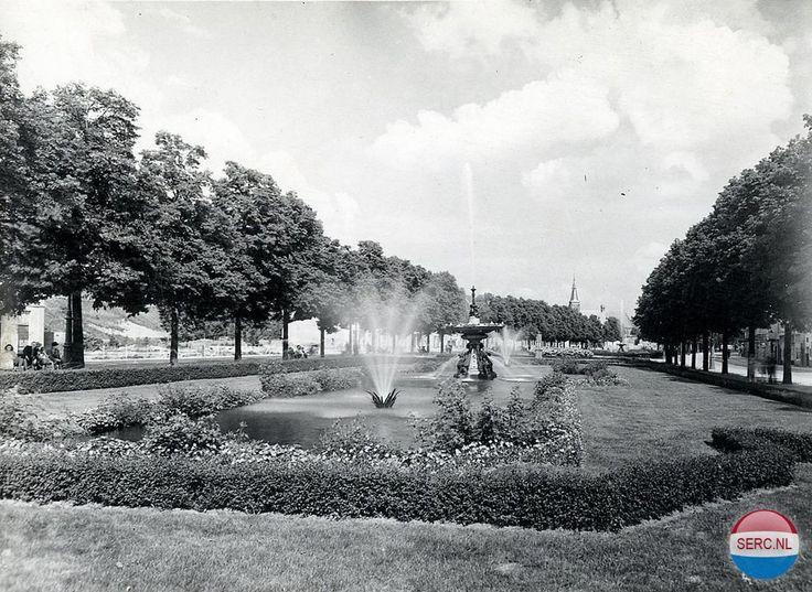 Een hele mooie zomers sfeerfoto van de parkstrook met fonteinen tussen de Jansbinnensingel en de Jansbuitensingel in 1951