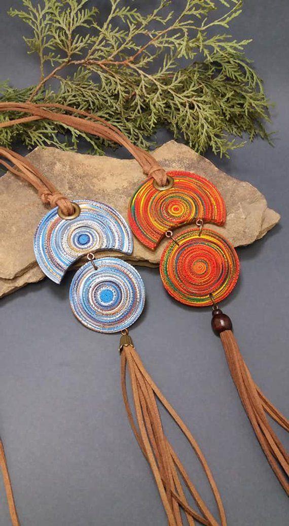Lange, mehrfarbige ethnische Halskette mit Quaste an Wildlederkordel für