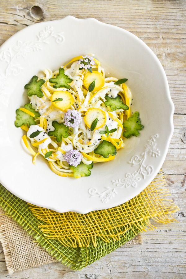 Spaghetti vegetali di zucchine gialle con burrata, colatura di alici e santoreggia
