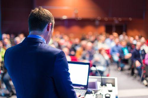 Schätzungen zufolge werden mithilfe von Powerpoint täglich rund 30 Millionen Präsentationen weltweit zusammengeschustert – allen voran von Consultants, PR-Agenten und Werbern. Und was dabei entsteht! Überfrachtete Folien, grelle Überblendeffekte, Bulletpoint-Orgien, 200-Slide-Daumenkinos, Copy-and-paste-Katastrophen, Phrasendreschflegeleien. Dass das …