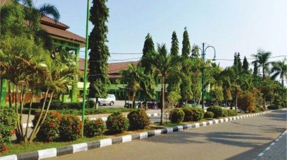 Taman di jalan utama Al Binaa Putra