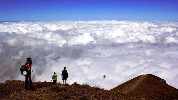 pemandangan awan gunung Agung