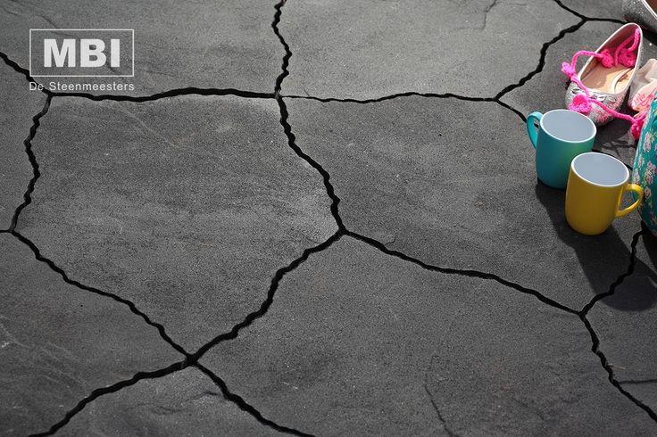 Bijzondere tuintegel met organische vorm #GeoArdesia-Alivo #MBI #beton