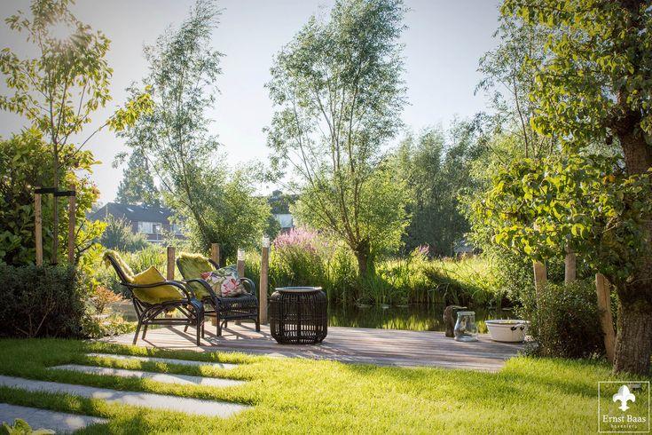 Een middelgrote tuin in Gouda is vormgegeven met organische vormen. Als eye-catcher in deze tuin staan twee oude perenbomen die karakter geven aan deze tuin