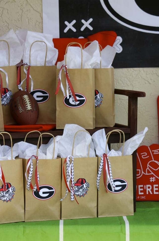 Best 25 football party favors ideas on pinterest sports for Bag decoration games
