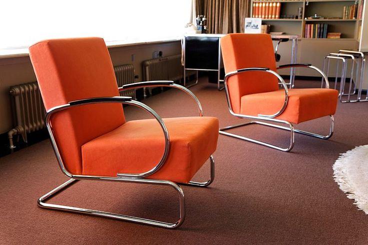 Fauteuil Gispen 407 |  Jaar: 1933 Ontwerper: W.H. Gispen Omschrijving: Herenmodel fauteuil, uitgevoerd in hoogglans chroom en met korte armleggers, met oranje-rode bekleding. Collectie: NAi | Photo CC BY-SA 2.0: Marc Chang Sing Pang