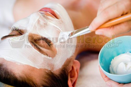 Manjakan kulit Anda dengan kebaikan bergizi dari bahan-bahan alami seperti madu, susu, yogurt dan buah-buahan yang mampu mencerahkan kulit secara alami dengan ini wajah akan bersinar dari dalam. Beikut adalah 10 Cara Membuat Masker Pencerah Wajah Alami :  http://www.ramuanherbal.web.id/10-cara-membuat-masker-pencerah-wajah-alami/
