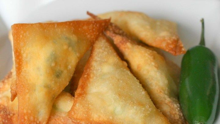 If you like jalapeno poppers, you will love these fried wontons stuffed with cheese and jalapeno!
