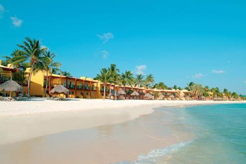 Tamarijn Aruba All Inclusive  Stap aan boord! Het vrolijk lachende personeel van Hotel Tamarijn Aruba All Inclusive rijdt het golfkarretje voor. Voet op het elektrische pedaal richting je kamer direct aan zee. Dat wordt morgenochtend fijn ontwaken: ogen en schuifpui open tenen in het parelwitte zand van Druif Beach. Met het aflopende strand rennen kinderen hier veilig de zee in. Áls ze tenminste uit de kidsclub of gamesroom willen komen. Terwijl een luie leguaan in de palmboom kruipt check…