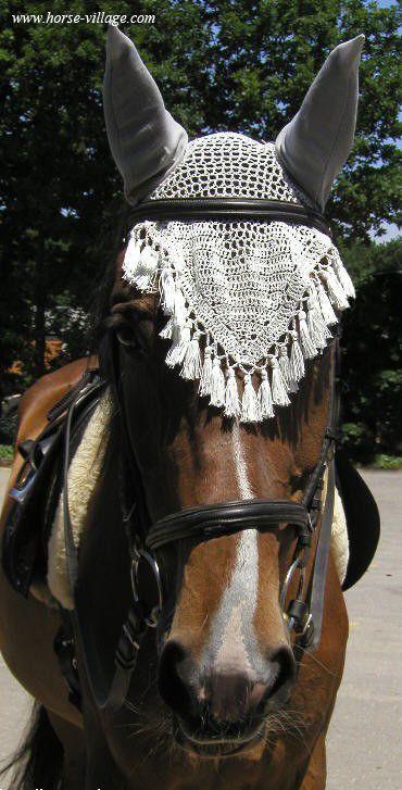 Un bonnet chasse-mouche protège les oreilles de votre cheval des mouches . Mais aussi , certains chevaux réagissent moins aux bruits et sont plus calmes en extérieur .  Ce qu'il vous faut :    - 1 crochet  - 1 bobine de fil épaisseur 3 de la ...