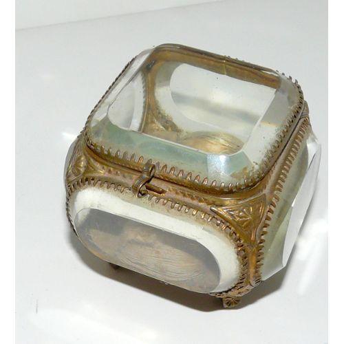 les 25 meilleures id es concernant bo tes bijoux antiques sur pinterest bo tes bijoux. Black Bedroom Furniture Sets. Home Design Ideas