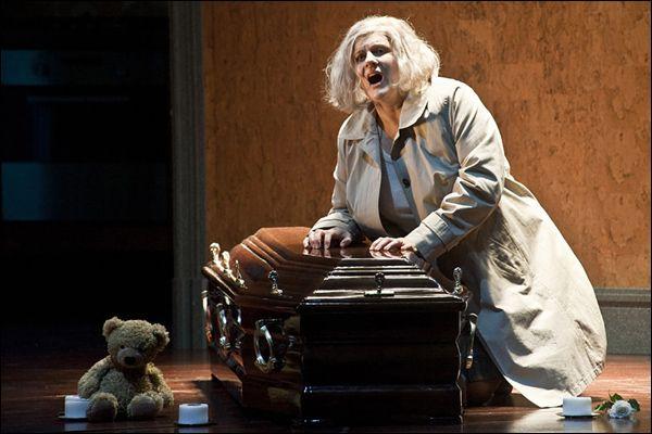 Deutsche Oper Berlin mit Petra Maria Schnitzer (Isolde) - Deutsche Oper Berlin, 2011 -  Graham Vick