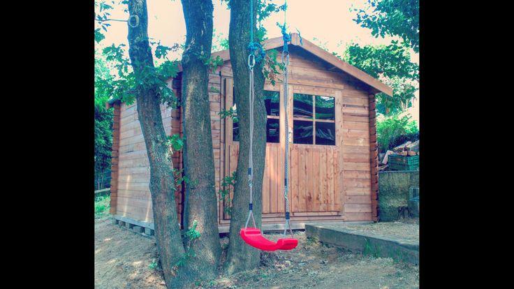 Caseta de madera tratada de 3x3m. Instalada en el fondo del jardin junto con un columpio.