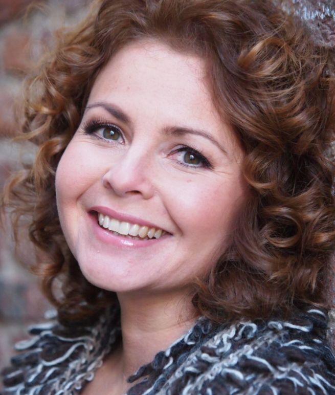 Maaike Widdershoven 14-02-1969 Nederlands zangeres, actrice en musicalster. Ze groeide op in Oss. Tijdens haar opleiding aan het Kopse Hof te Nijmegen nam ze zanglessen en deed toelatingsexamen voor het Utrechts Conservatorium. Ze werd toegelaten tot het voorbereidend jaar Lichte Muziek Zang. Na twee jaar wisselde ze van opleiding en richtte ze zich op Klassieke zang. In de zomer van 1995 slaagde Widdershoven cum laude voor haar examen uitvoerend musicus Zang.  https://youtu.be/NvfaCdTgYzs